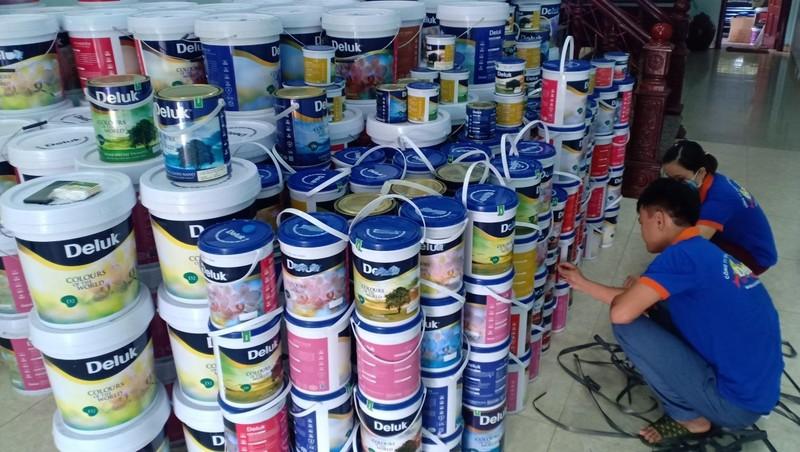 Chủ cơ sở kinh doanh thực hiện việc loại bỏ yếu tố vi phạm gắn trên thùng sơn