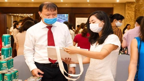 Thứ trưởng Bộ Công Thương Đỗ Thắng Hải thăm gian hàng Việt tại Hội nghị.
