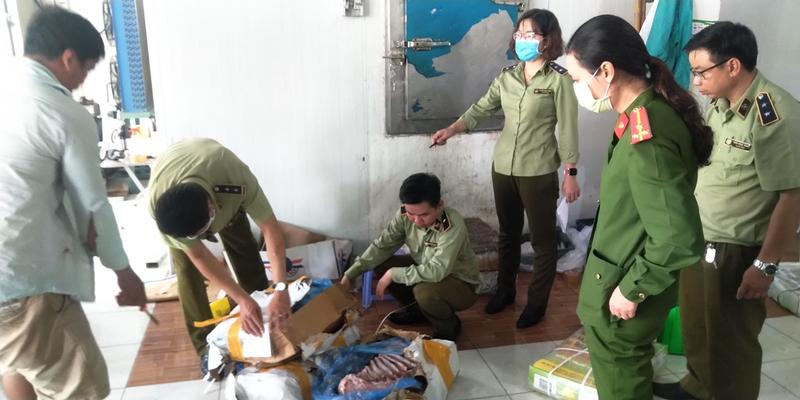 Lực lượng QLTT Đồng Tháp kiểm tra hàng hóa vi phạm tại kho đông lạnh cơ sở Hải Đăng Quang