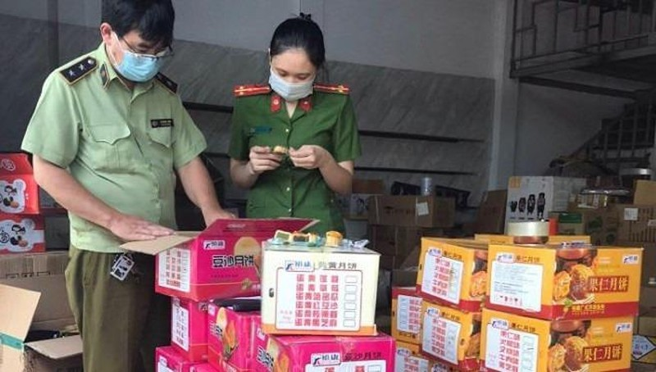 Hà Nội: Phát hiện 2 điểm tập kết bánh trung thu nhập lậu