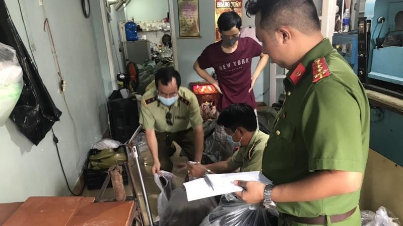 Lực lượng chức năng đang kiểm tra cơ sở sản xuất giày vi phạm.