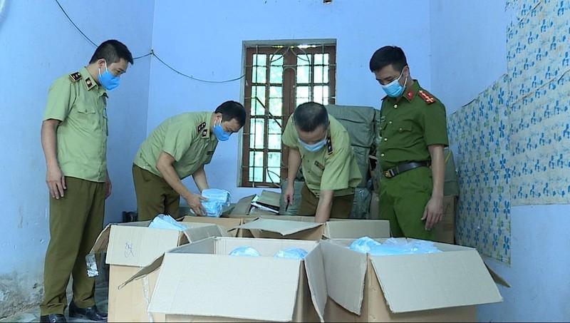 Lực lượng QLTT Hưng Yên kiểm tra thu giữ số khẩu trang vi phạm.