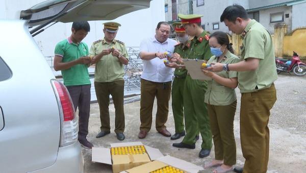 Lực lượng chức năng tiến hành thu giữ số thuốc diệt cỏ không được phép lưu hành và sử dụng tại Việt Nam.