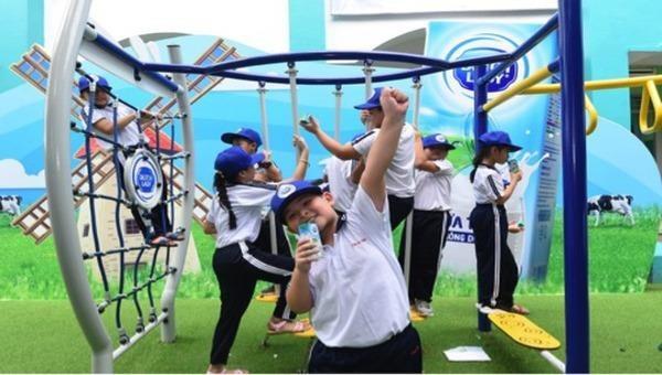 """Sân chơi """"Ngại gì thử thách"""" giúp các em học sinh có thêm cơ hội để rèn luyện sức khoẻ, nâng cao thể chất, xây dựng tinh thần sẵn sàng chấp nhận và vượt qua thử thách để luôn vươn cao, vượt trội."""