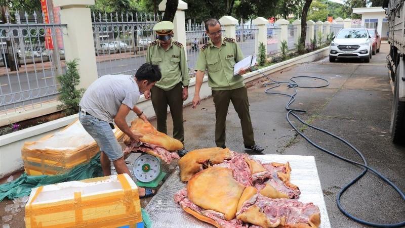 Lực lượng QLTT Đắk Lắk tiến hành kiểm tra số hàng hóa vi phạm. (Ảnh: Cục QLTT Đắk Lắk)