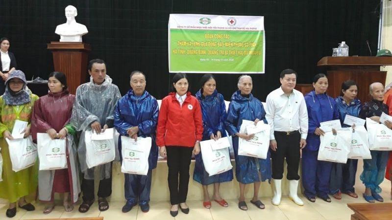 Ban lãnh đạo Nhựa Thiếu niên Tiền phong trao quà hỗ trợ người dân thị trấn Diên Sanh, huyện Hải Lăng, tỉnh Quảng Trị.
