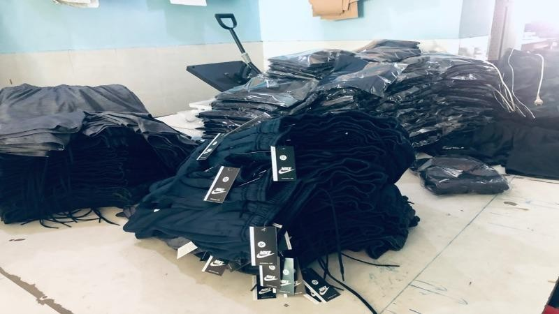 Số quần áo thời trang giả mạo nhãn hiệu bị lực lượng QLTT Bình Dương thu giữ.