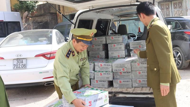 Lực lượng Đội QLTT số 6 kiểm tra xe vận chuyển bia Liquan nhập lậu.