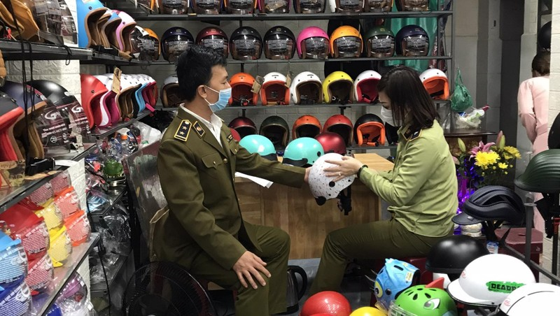 """Lực lượng QLTT Đà Nẵng kiểm tra số mũ bảo hiểm giả mạo nhãn hiệu """"Nón Sơn và hình""""."""