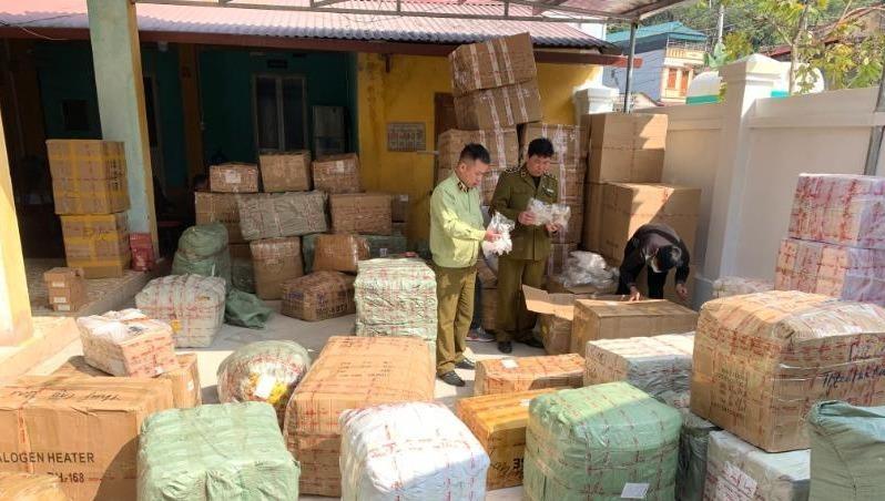 Tạm giữ hàng nghìn sản phẩm hàng hóa nghi nhập lậu đang vận chuyển trên xe thư báo