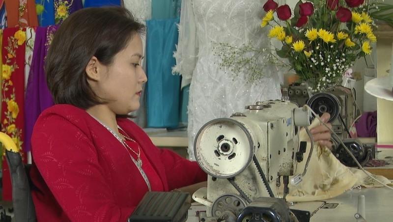 """Phạm Thị Thắm – Cô gái khuyết tật """"may"""" lại cuộc đời bằng khuỷ tay"""