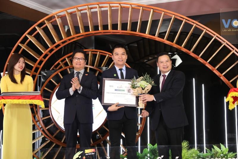 Ông Nguyễn Thành Đạt, Giám đốc Truyền Thông Herbalife Việt Nam đại diện Công ty nhận giải thưởng.