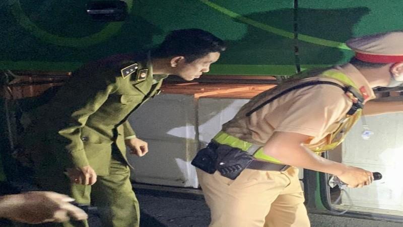 Lực lượng chức năng mật phục trong đêm tối ngăn chặn đối tượng vận chuyển hàng hóa vi phạm.