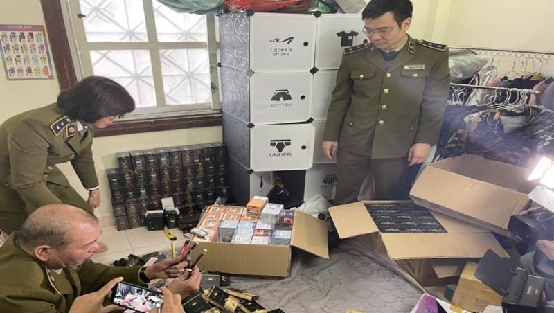 Lực lượng QLTT Hà Nội kiểm tra hàng hóa tại cơ sở kinh doanh của ông Vũ Văn Đô.