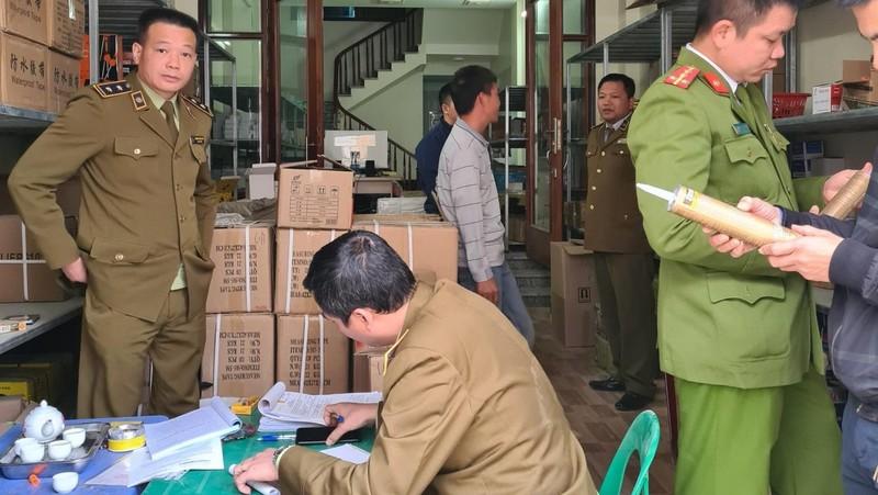Lực lượng chức năng lập biên bản kê khai, tạm giữ số hàng hóa vi phạm.