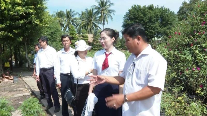 Thăm Khu Du lịch Hoa Kiểng Sa Đéc của ông Nguyễn Phước Lộc -Chủ Khu Du lịch Hoa Kiểng Sa Đéc (ngoài cùng bên phải).