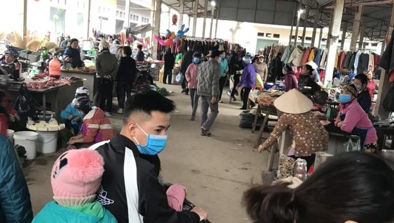 Người dân tự giác đeo khẩu trang khi tiếp xúc ở nơi đông người để đảm bảo an toàn cho bản thân và cộng đồng.