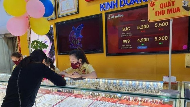 """Tung """"chiêu"""" hút khách trước ngày vía Thần Tài, vàng giảm gần nửa triệu đồng/lượng"""