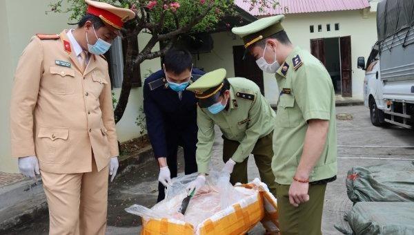 Lực lượng chức năng tiến hành kiểm tra hàng hóa vi phạm. Ảnh: Cục QLTT Lạng Sơn