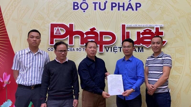 Trao Quyết định giao nhiệm vụ Trưởng VPĐD báo PLVN tại Lâm Đồng