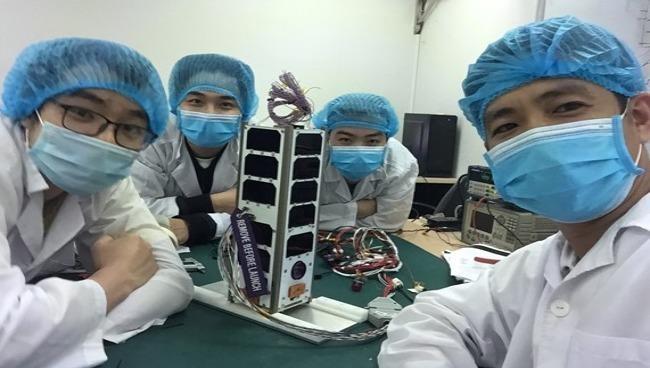 Các cán bộ Trung tâm Vũ trị Việt Nam tham gia chế tạo NanoDragon.