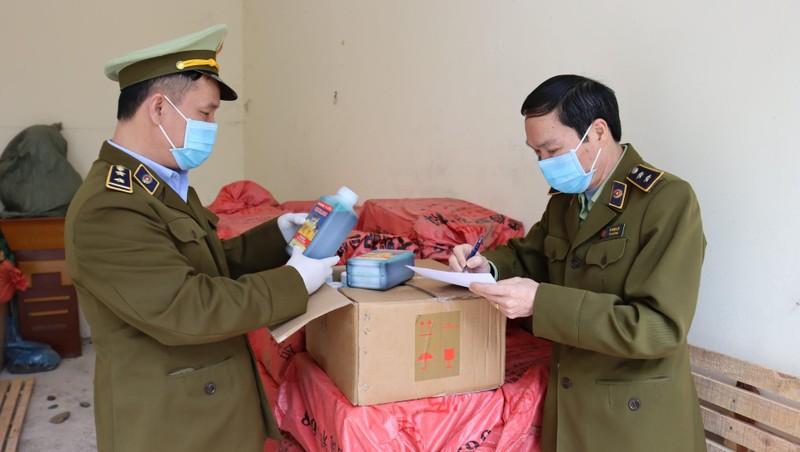 Lực lượng QLTT Lạng Sơn kiểm tra số hàng hóa vi phạm.