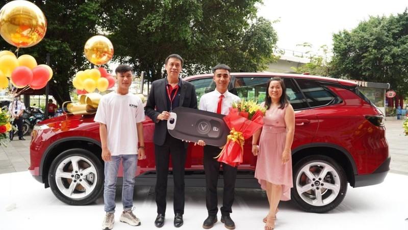 Phó Tổng giám đốc Vietjet trao xe hơi cho khách hàng Trần Quang Vĩ.