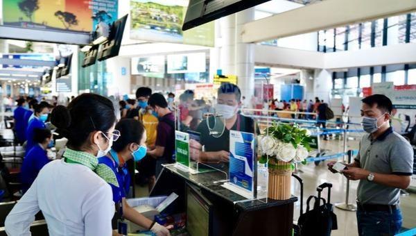 Hành khách làm thủ tục đi máy bay tại sân bay quốc tế Nội Bài.