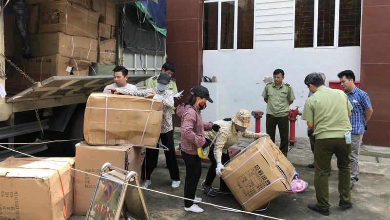 Lực lượng QLTT tỉnh Lào Cai thu giữ số đồ chơi trẻ em không rõ nguồn gốc xuất xứ.