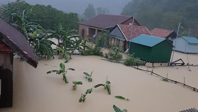 Mưa lớn đang gây thiệt hại lớn cho các tỉnh miền Trung
