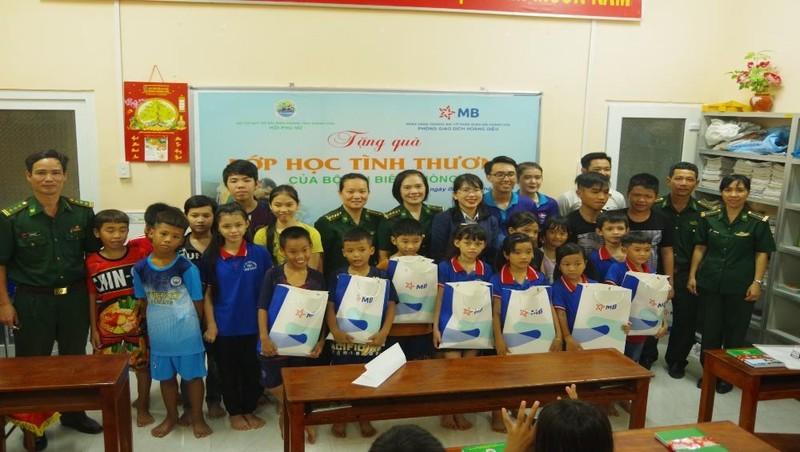 Bộ đội Biên phòng tỉnh Khánh Hòa tặng quà cho trẻ em ở lớp học tình thương