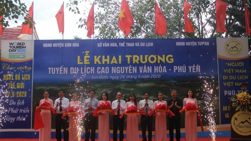 Đại biểu cắt băng khai trương tuyến du lịch cao nguyên Vân Hòa.