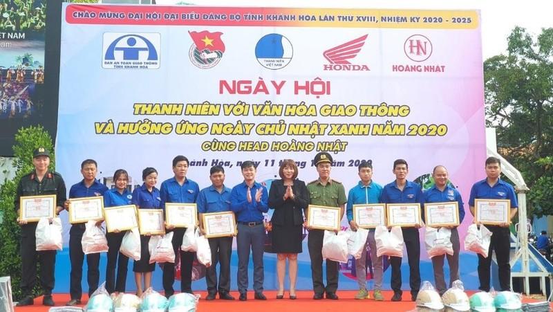 Trao tặng bằng khen cho 11 đội hình thanh niên tình nguyện tiêu biểu.