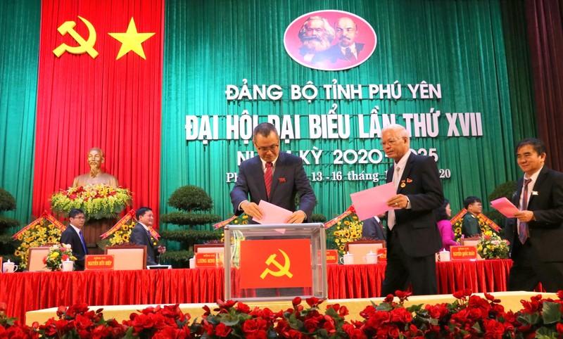 Đại biểu bỏ phiếu bầu Ban Chấp hành Đảng bộ tỉnh Phú Yên, nhiệm kỳ 2020 - 2025.