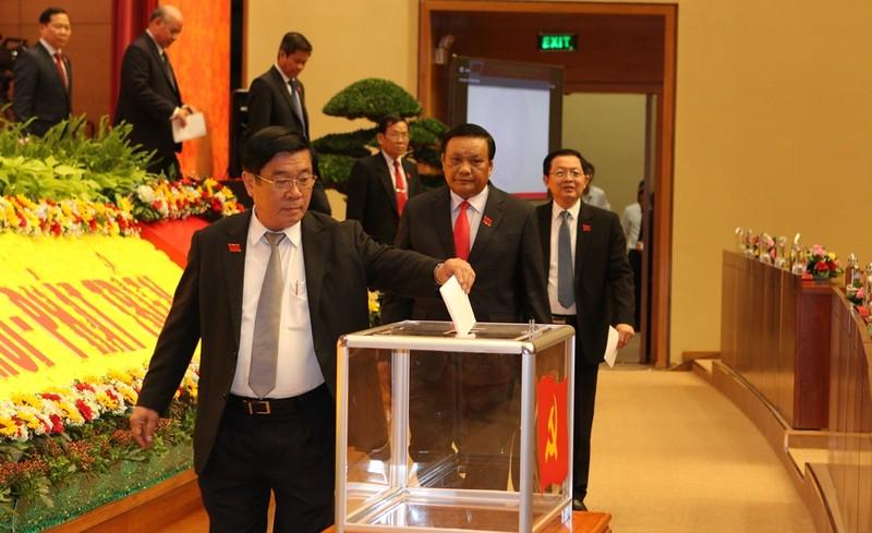 Đại biểu bỏ phiếu bầu Ban Chấp hành Đảng bộ tỉnh Bình Định khóa XX.