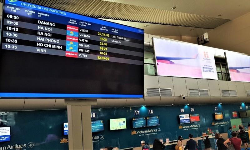 Màn hình hiển thị thông tin chuyến bay (FIDS) tại nhà ga nội địa.