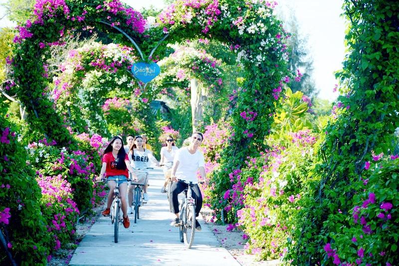 Con đường hoa giấy tại Đảo Khỉ.