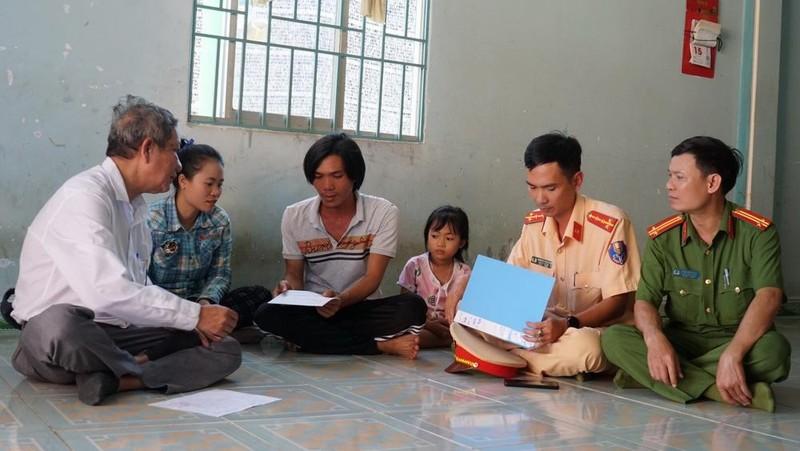 Đoàn công tác của UBND tỉnh Ninh Thuận đến thăm, tặng quà gia đình nạn nhân bị tai nạn giao thông.