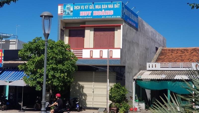 """Trụ sở Dịch vụ ký gửi, mua bán nhà đất Huy Hoàng (của Công ty TNHH Huy Hoàng Land) """"cửa đóng then cài"""" trong nhiều ngày nay."""