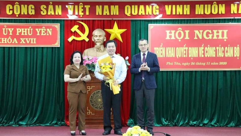 Trao quyết định phê chuẩn Chủ tịch UBND tỉnh Phú Yên đối với ông Trần Hữu Thế.