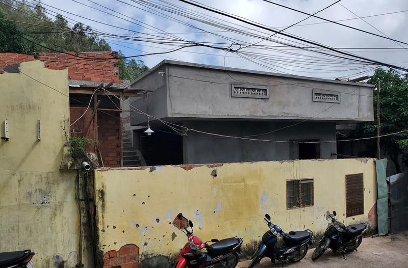 """Bình Định: Cán bộ địa chính """"không biết"""" việc người dân lấn suối, xây nhà không phép ngay trung tâm thành phố"""