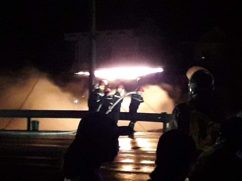 Cảnh sát PCCC có mặt hiện trường để chữa cháy.