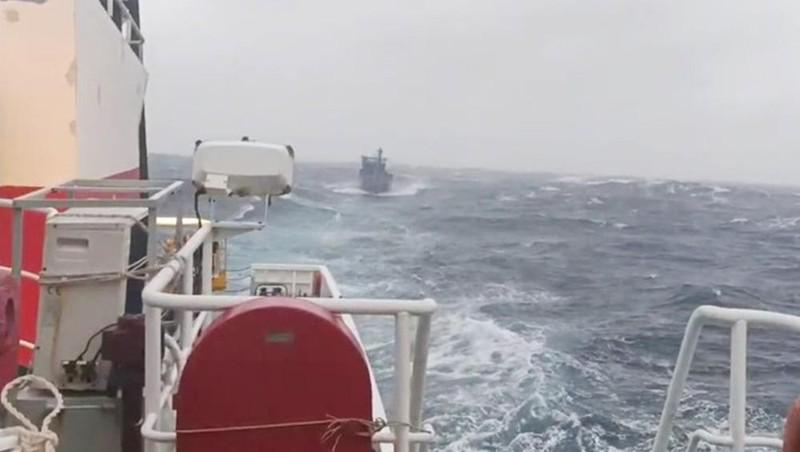 Tàu KN 465 đang lai dắt tàu cá gặp nạn vào bờ.