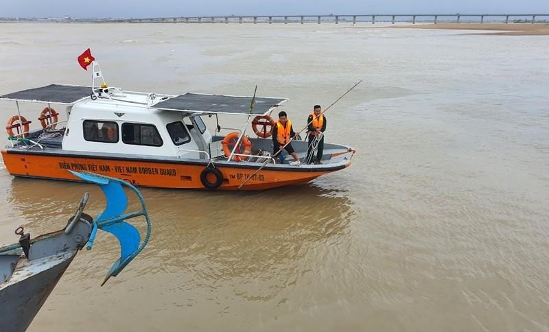 Các chiến sĩ Hải đội 2 tuần tra trên sông Đà Rằng.
