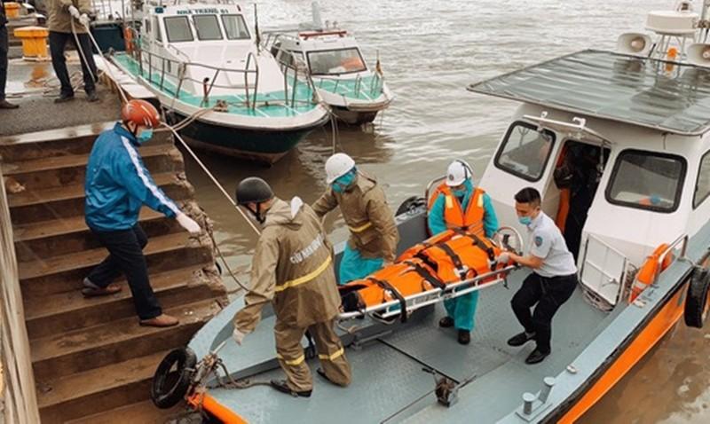 Đưa các thuyền viên nước ngoài gặp nạn vào bờ. Ảnh: HT.