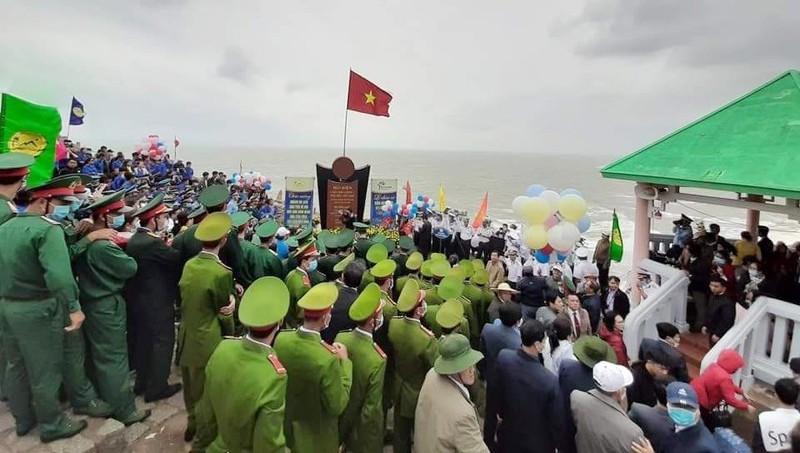 Xúc động Lễ chào cờ đón năm mới tại điểm cực Đông đất liền