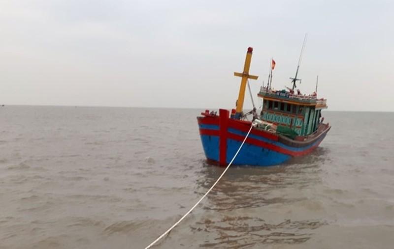 Tàu Trường Sa 18 lai kéo tàu cá gặp sự cố trên biển vào đảo an toàn