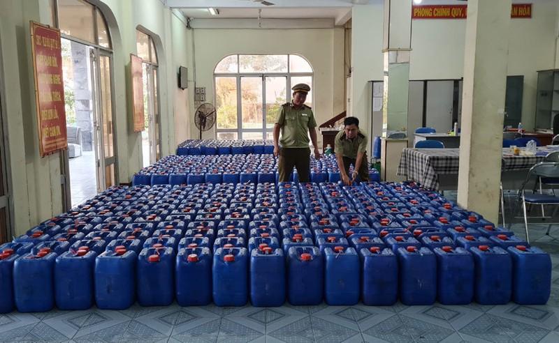 Số rượu không rõ nguồn gốc xuất xứ bị phát hiện ở Phú Yên. Ảnh: Cục Quản lý thị trường Phú Yên).