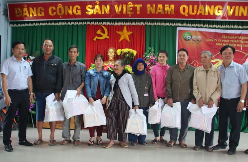 700 suất quà Tết đến với  gia đình chính sách ở xã Mỹ Thắng.