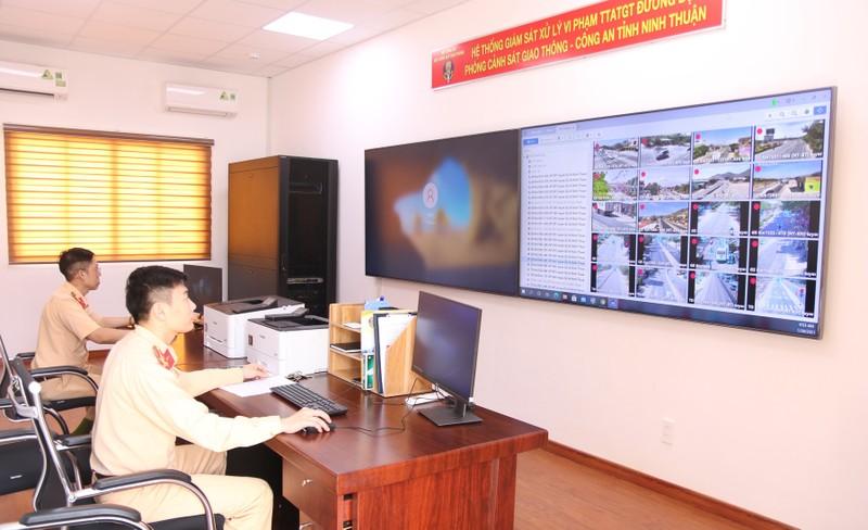 Vận hành hệ thống camera giám sát tại Phòng CSGT Công an tỉnh Ninh Thuận.